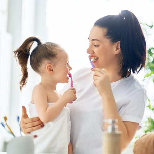 Mujer y su hija tratandose el bruxismo
